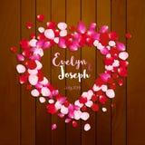 Inbjudan för bröllop för rosa kronbladhjärta härlig på träbakgrundsvektorillustration Royaltyfria Bilder