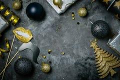 Inbjudan för julparti - silver, guld och svartgarneringar royaltyfri bild