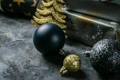 Inbjudan för julparti - silver, guld och svartgarneringar royaltyfri fotografi