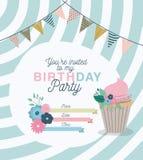 Inbjudan för parti för lycklig födelsedag med blom- garnering och muffin Arkivbilder