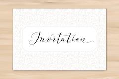 Inbjudankort med skriftlig beställnings- kalligrafi för hand och hjärtabakgrund Utmärkt för gifta sig och födelsedagpartidesign royaltyfria foton