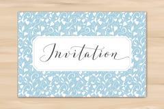 Inbjudankort med skriftlig beställnings- kalligrafi för hand och hjärtabakgrund Utmärkt för gifta sig och födelsedagpartidesign arkivbilder