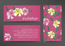 Inbjudanmallen med liljan blommar på lila Royaltyfri Bild