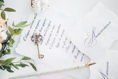 Inbjudningar till att gifta sig, tangenten och blommor Arkivfoto
