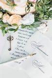 Inbjudningar till att gifta sig, tangenten och blommor Royaltyfria Foton