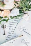 Inbjudningar till att gifta sig, tangenten och blommor Fotografering för Bildbyråer