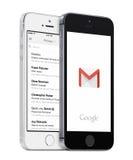 Inbox de Google Gmail app e de Gmail nos iPhones brancos e pretos de Apple Imagens de Stock