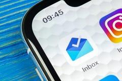 Inbox de Google pelo ícone da aplicação de Gmail no close-up da tela do smartphone do iPhone X de Apple Ícone do app do inbox de  Imagens de Stock