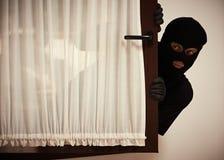 Inbraak van een flat Dief in masker stock fotografie