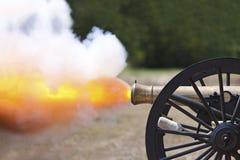 Inbördeskrigkanon Fireing Arkivfoto