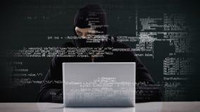 Inbreker het binnendringen in een beveiligd computersysteem in laptop stock videobeelden