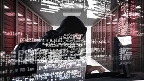 Inbreker het binnendringen in een beveiligd computersysteem in laptop stock footage