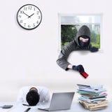 Inbreker stealing creditcard in bureau Stock Foto's