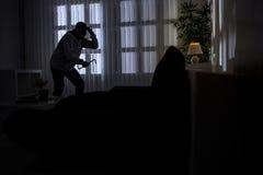 Inbrott med kofoten som bryter in i ett hem Royaltyfri Fotografi