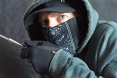 Inbrottstjuv Breaking In, rätsida av ramen Arkivfoto