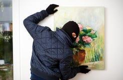 Inbrottstjuv som bär en maskering Arkivfoto