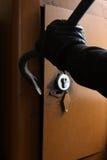 Inbrottstjuv som bryter kassaskåpet Arkivfoton