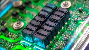 Inbyggda elektroniska strömkretsar för industriell robot arkivbild