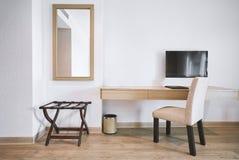 Inbyggt möblemang i det moderna hotelllägenhetrummet med stol, spegel fotografering för bildbyråer