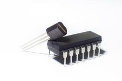 Inbyggt - strömkrets och transistor på den vita bakgrunden Arkivbilder