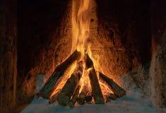 Incêndio ardente na chaminé Madeira e brasas no fundo detalhado do fogo da chaminé Um fogo queima-se em uma chaminé fotos de stock royalty free