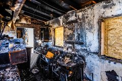 Incêndio danificado para casa imagem de stock