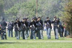 Incêndio dos soldados da união do Re-Enactment 14 da guerra civil Imagem de Stock