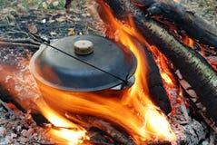 Incêndio e potenciômetro do acampamento imagens de stock
