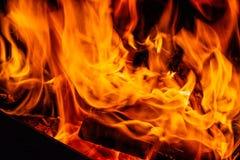 Incêndio Madeira que queima-se no incêndio foto de stock