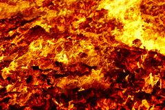 Incêndio Material incandescente do vulcão Fogueira quente do carvão vegetal Emissões de carbono fotografia de stock royalty free