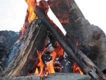 Incêndio perfeito encarnado do acampamento Fotografia de Stock Royalty Free