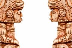 Inca Aztec-standbeeldcijfer tegen aangaande witte geïsoleerde achtergrond, stock afbeeldingen