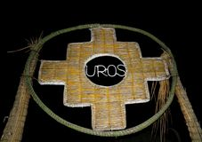 Inca Cross o el Chakana, el símbolo de las viejas culturas de los Andes hechos de Totora Reed, la puerta en Uros Islands, Perú imagen de archivo