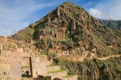 Inca Fortress com terraços e Temple Hill em Ollantaytambo, Pe imagens de stock royalty free