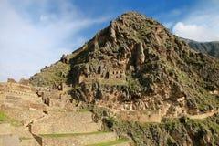 Inca Fortress med terrasser och tempelkulle i Ollantaytambo, Pe arkivbild