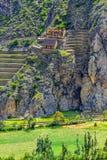 Inca Fortress med terrasser och tempelkulle i Ollantaytambo, Pe royaltyfri foto