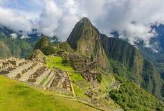 Inca Ruin di Machu Picchu con le nuvole drammatiche, Cusco, Perù fotografia stock libera da diritti