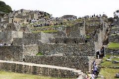 Inca Ruins And Tourists Machu Picchu Peru South America Imagen de archivo libre de regalías