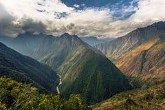 Inca Trail Peru - Augusti 03, 2017: Löst landskap av incaen T royaltyfri fotografi