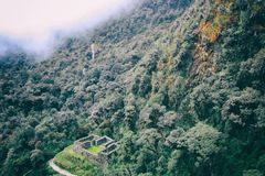 Inca Trail som fotvandrar banan till ett forntida, fördärvar att korsa den lösa djungeln arkivbild