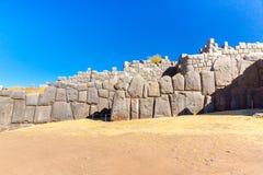 Inca Wall in SAQSAYWAMAN, Perù, Sudamerica. Esempio della muratura poligonale. La pietra famosa di 32 angoli Fotografia Stock Libera da Diritti