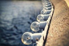Incandescents或电灯泡连续在墙壁边缘 库存图片