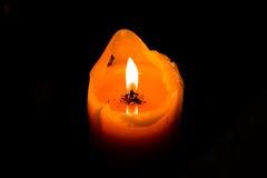Incandescenza arancio della candela nell'oscurità Fotografia Stock Libera da Diritti