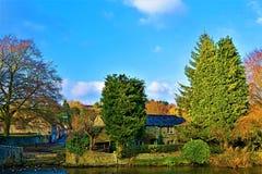 Incandescenza autunnale in Ashford sull'acqua, Derbyshire fotografie stock