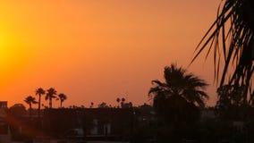 Incandescenza del tramonto che accende il cielo archivi video