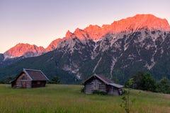 Incandescenza di Alpen attraverso una catena montuosa in Baviera Fotografia Stock