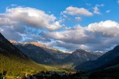 Incandescenza di Alpen attraverso una catena montuosa in Baviera Fotografie Stock