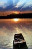 Incandescenza di tramonto e della barca Fotografia Stock Libera da Diritti