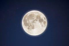 Incandescenza iridescente della luna piena nel cielo stellato di notte Fotografia Stock Libera da Diritti