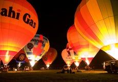 Incandescenza multipla di notte degli aerostati di aria calda Fotografie Stock